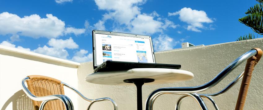 Laptop met aanbod voor wonen in Griekenland