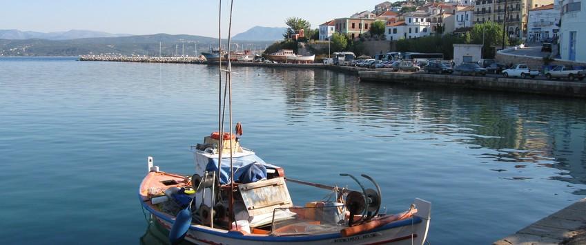 Een boor in de haven van Pylos in Griekenland